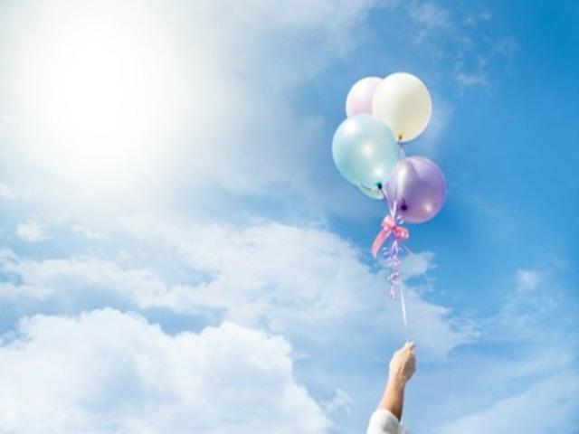 palloncini volanti in cielo