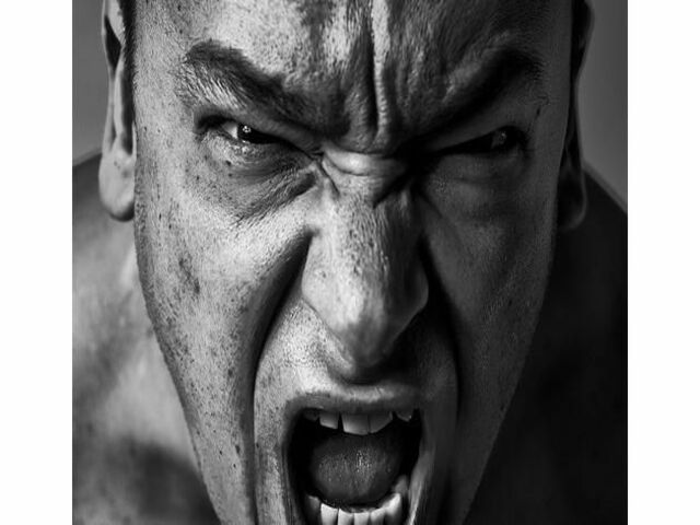 uomo arrabbiato